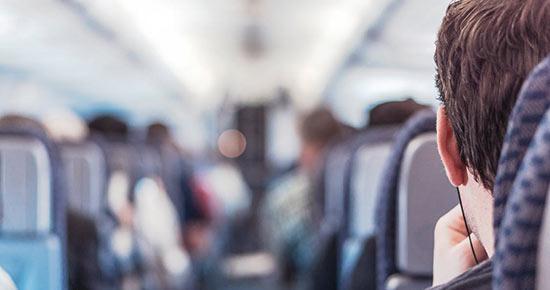 Schlafen im Flugzeug Sitzplatz
